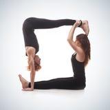 Yoga appareillé sur un fond bleu Images stock