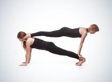 Yoga appareillé sur un fond bleu Photos libres de droits