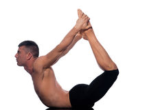 Yoga ascendant de pose de proue de dhanurasana d'urdhva d'homme Photographie stock libre de droits