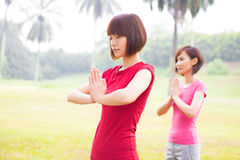 Yoga asiatique de filles à extérieur Photos stock