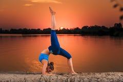 Yoga au coucher du soleil sur la plage images stock