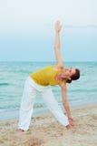 Yoga auf dem Abendstrand Stockfotografie
