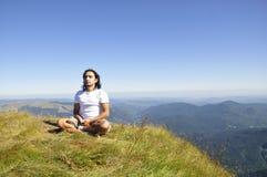 Yoga auf dem Berg Stockbild