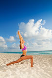Yoga auf dem Morgenstrand Lizenzfreies Stockfoto