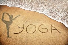 Yoga auf dem Sand Stockbild
