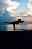 Yoga auf dem Strand Stockfotos