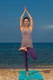 Yoga auf dem Strand Lizenzfreie Stockfotos