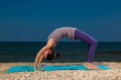 Yoga auf dem Strand Lizenzfreie Stockbilder