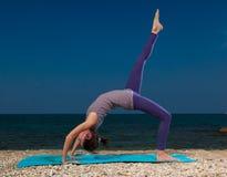 Yoga auf dem Strand Stockfoto