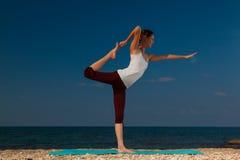 Yoga auf dem Strand Stockbilder