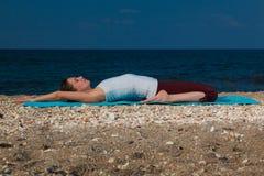 Yoga auf dem Strand Stockfotografie