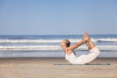 Yoga auf dem Strand Stockbild