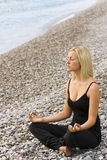 Yoga auf dem Strand Lizenzfreies Stockbild