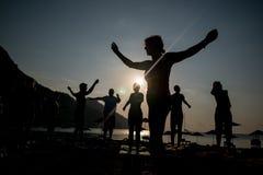 Yoga auf dem Strand ANTALYA, die TÜRKEI - 25. Juni 2017 Stockfotografie
