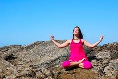 Yoga auf den Felsen Stockfoto