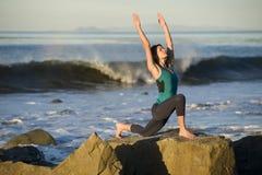 Yoga auf der Küste Stockfoto