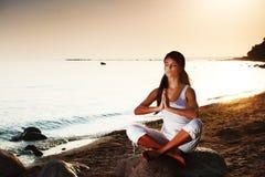 Yoga auf Meer lizenzfreie stockbilder