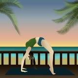 Yoga auf Strand (aufwärts Bogen) Lizenzfreies Stockbild