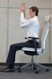 Yoga auf Stuhl im Büro - Geschäftsmanntrainieren Lizenzfreie Stockfotos
