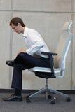Yoga auf Stuhl im Büro - Geschäftsmanntrainieren Lizenzfreies Stockfoto