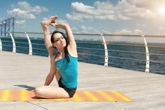 Yoga Aumento recto de la pierna Imagenes de archivo