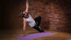 Yoga avancé de pratique d'homme banque de vidéos