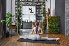 Yoga avancé de pratique de femme dans le salon à la maison Une série de poses de yoga Photographie stock