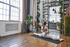 Yoga avancé de pratique de femme dans le salon à la maison Une série de poses de yoga Photo stock