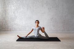 Yoga avancé de pratique de femme Une série de poses de yoga Image libre de droits