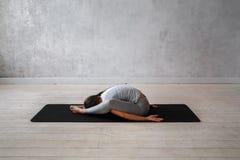 Yoga avancé de pratique de femme Une série de poses de yoga Images stock