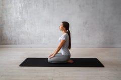 Yoga avancé de pratique de femme Une série de poses de yoga Images libres de droits