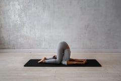 Yoga avancé de pratique de femme Une série de poses de yoga Photo libre de droits