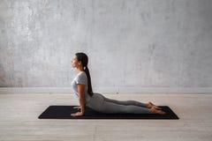 Yoga avancé de pratique de femme Une série de poses de yoga Photographie stock libre de droits