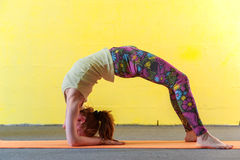Yoga avanzata di pratica della donna flessibile nella classe Immagini Stock