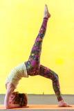 Yoga avanzata di pratica della donna flessibile nella classe Fotografia Stock Libera da Diritti