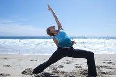 Yoga avanzata sulla spiaggia Fotografie Stock