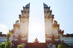Yoga in Bali, meditazione nel tempio, spiritualità immagini stock libere da diritti