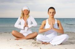 Yoga bei Karibischen Meeren Stockfoto
