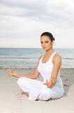 Yoga bei Karibischen Meeren Lizenzfreies Stockfoto