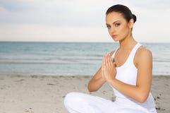 Yoga bei Karibischen Meeren stockfotografie