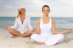 Yoga bei Karibischen Meeren Lizenzfreies Stockbild