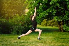 Yoga bei Sonnenuntergang im Park Stockbild