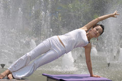 Yoga bij de fontein Stock Afbeeldingen