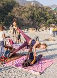 Yoga bij het strand stock fotografie