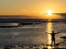 Yoga bij het strand bij zonsondergang Royalty-vrije Stock Fotografie
