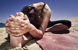 Yoga bij strand Stock Foto