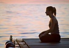 Yoga bij zonsondergang royalty-vrije stock afbeelding