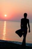 Yoga bij zonsondergang stock afbeelding