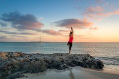 Yoga bij zonsopgang Royalty-vrije Stock Foto's