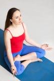 Yoga binnen: met de benen over elkaar positie Royalty-vrije Stock Foto
